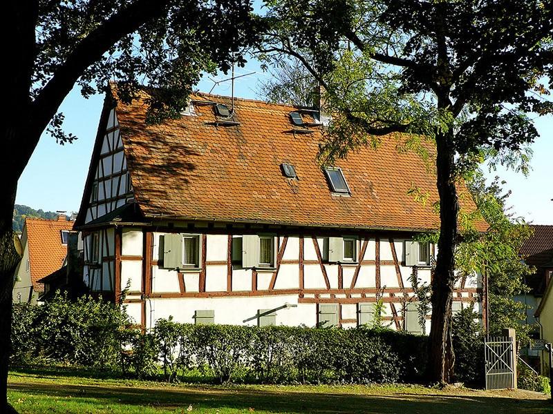Ein historisches Zeugnis der Fachwerkkunst: die Alte Lutherische Schule Seckbach