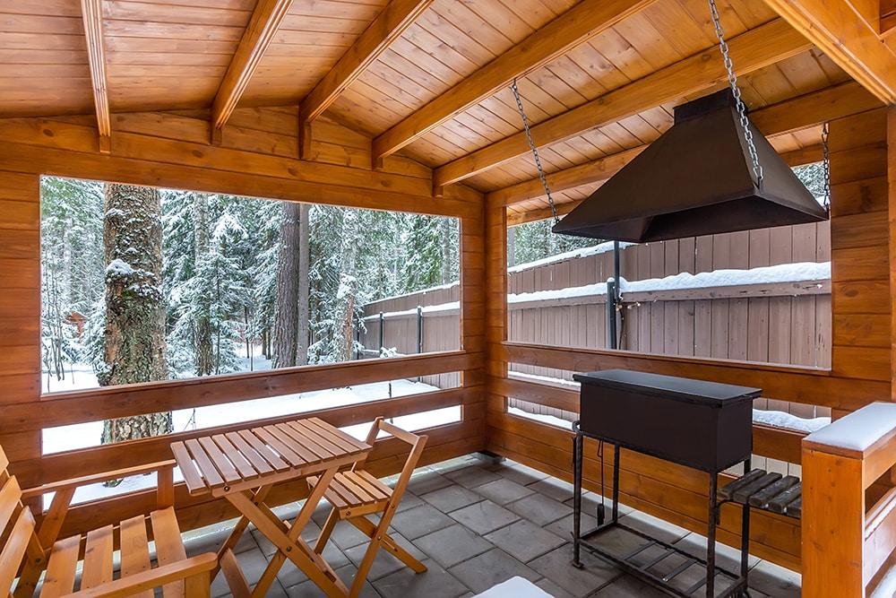 Der geschlossene Holzpavillon